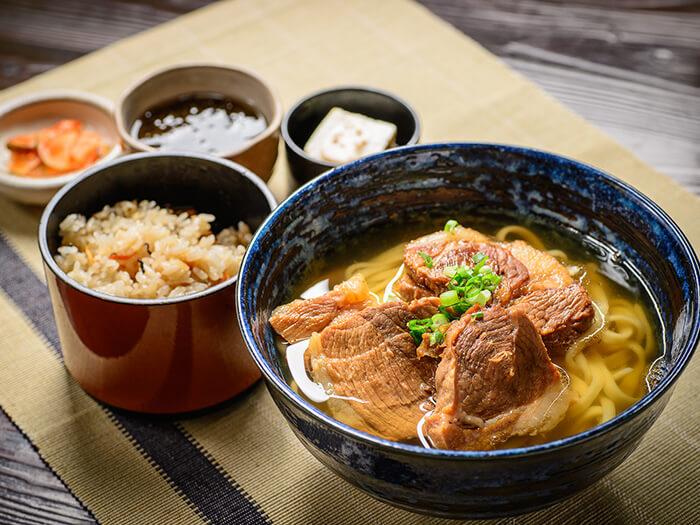 慢慢燉煮的阿古豬肉極其美味,配料豪華的沖繩麵。「沖繩阿古豬肉麵1480日圓」