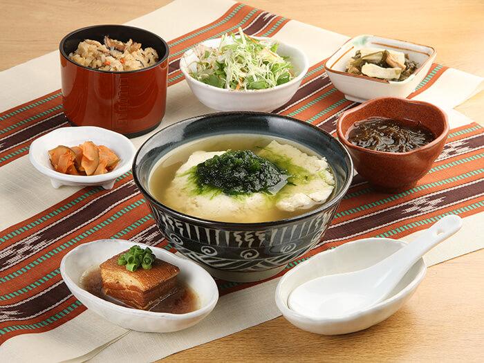 以口味溫和的沖繩豆腐為主,深受女性歡迎的健康料理「UNAI御膳」