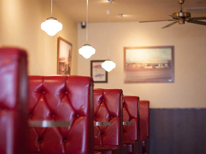 店裡採用1970年代風格。紅色沙發呈現出懷舊的美式風情♪