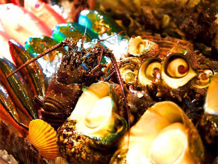 在店內水槽中的活魚以及擺出來的各式鮮魚,全都可按照您的喜好烹調