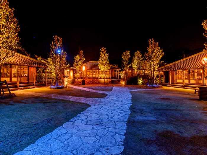 在暗夜中閃耀的古老民宅。可讓人體驗到各種色彩變化所營造出的夢幻氣氛