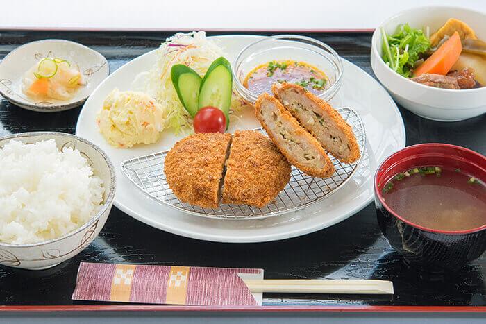 【甲魚炸肉餅】 沖繩縣第一,「甲魚」是在完全衛生管理的環境下養殖。有著豐富膠原蛋白的甲魚對健康美容非常有幫助!