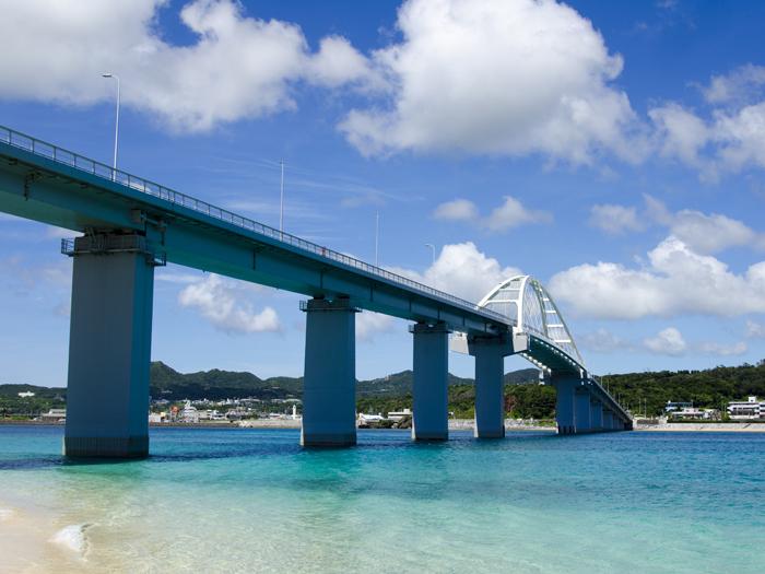 瀨底大橋連接了本部半島,從本島開車可直接前往小島。這裡可以享受海上運動的樂趣。