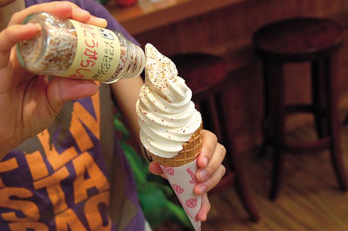 合わせ塩をトッピングして食べる雪塩ソフトクリーム