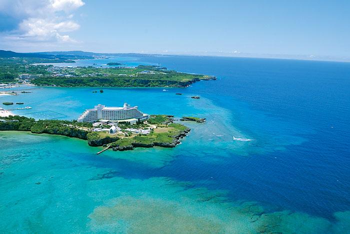 ホテル全景(空撮) 岬の先端、海に囲まれたリゾートホテル
