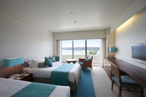 客室(スーペリアツイン)  青と白を貴重としたリゾートらしい客室