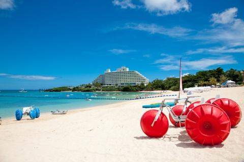 ビーチ全景  沖縄を代表する広大なビーチでは数々のマリンアクティビティーが体験できる