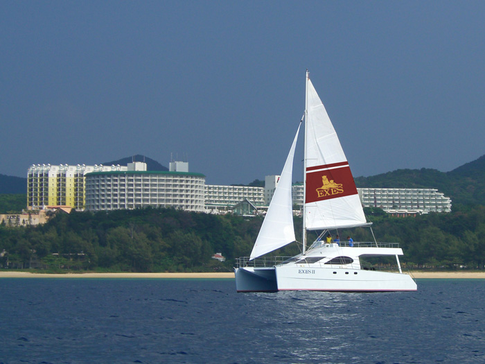 ヨットに乗って沖縄の青い海をクルージング