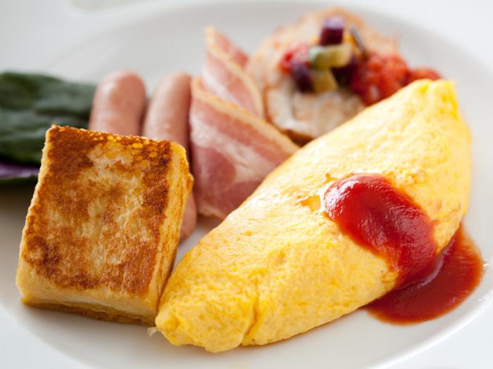 【朝食】シェフが目の前で調理するふわふわオムレツが人気!(営業時間6:30~10:00)