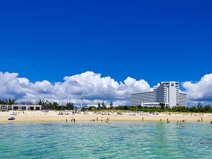 ホテルから歩いてすぐのざんぱビーチ、多彩なメニューが楽しめます
