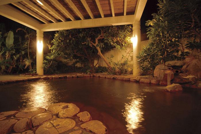 リゾートホテルには珍しい大浴場と露天岩風呂をゆっくりとお楽しみいただけます