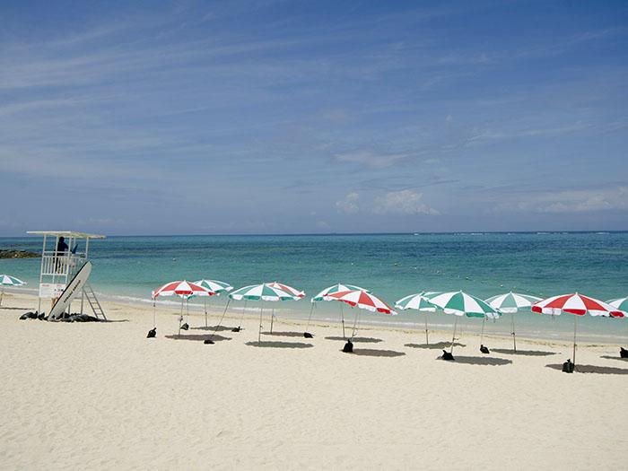残波の青い空に映える白い砂浜