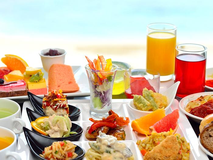 ランチブッフェ  季節毎に内容を変えて、ホテルシェフ自慢の品々が並ぶランチブッフェ