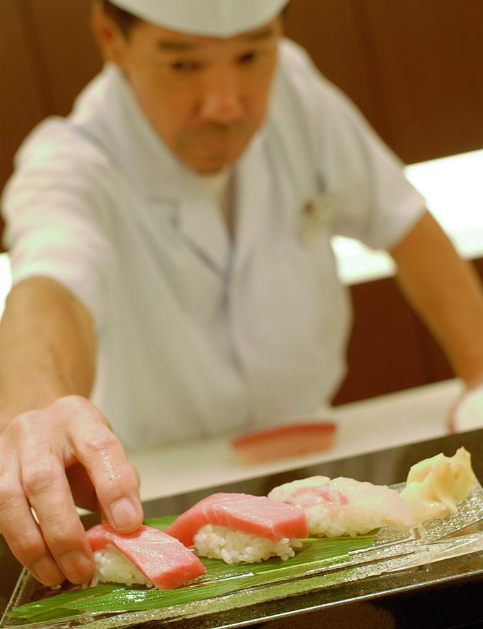 日本料理・琉球料理レストラン 花織  「お寿司食べ放題」がカウンターで楽しめる贅沢なコース。毎日仕入れる10種類以上の新鮮なネタを職人が握り、好きなだけ味わうことができる。1日8名限定なので早めのご予約を