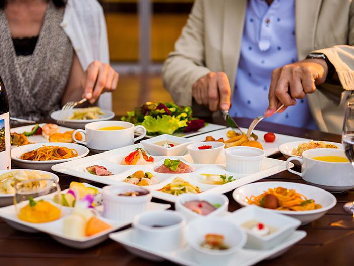 彩り豊かな多国籍ブッフェ  県産食材をふんだんに使った50種類以上のディナーブッフェ。料金:大人5,346円 / 小人2,732円 ※5歳以下のお子様は無料