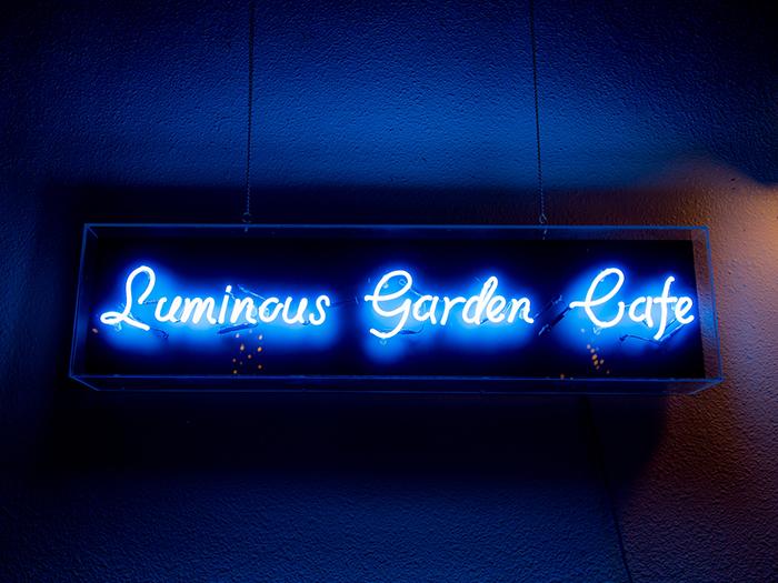 ルミナスガーデンカフェではイルミネーションを見ながらゆっくりとくつろげる