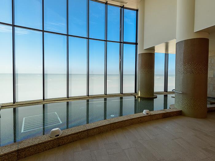 サウナや寝湯等、目の前のビーチを眺めながらご入浴いただける大浴場