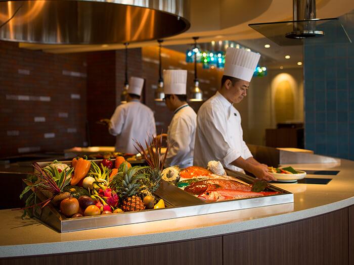 沖縄県産のお肉やお魚などオープンキッチンでグリルしてご提供。シェフたちのパフォーマンスが間近で楽しみながらお召し上がりいただけます。