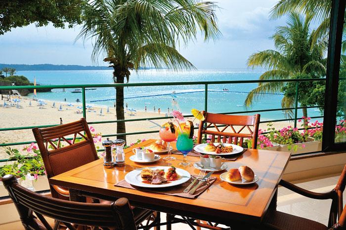 オールデイダイニング コラーロ  自然と寄り添うリゾートダイニングで和洋中の多彩な料理を心ゆくまで美しい海と寄り添い、優しい潮風がそよぐ開放的なレストラン