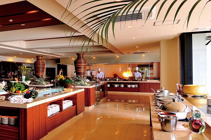 優雅なリゾート気分が味わえる店内。臨場感あふれるオープンキッチンがあり、朝食からランチ、ディナーまで、一日通して出来たてのおいしさが楽しめる