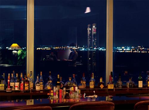最上階のバーラウンジからは東シナ海に沈む夕日と夜景が楽しめる