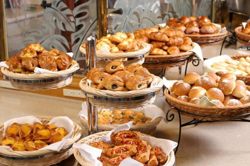 朝食で大好評の種類豊富な焼き立てパン