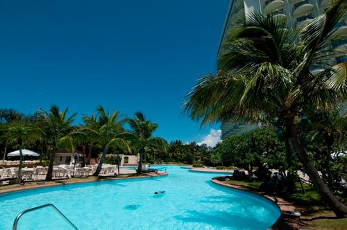 「オールシーズンリゾート」夏季営業の屋外プールと、全天候型の屋内プールでいつでもリゾート気分