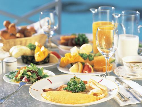 元気な一日は美味しい朝食から! 朝食ブッフェ(洋食)は、種類豊富なパンとシェフが目の前で焼くオムレツが好評