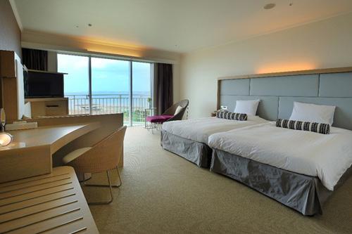 客室(ツイン・スーペリアルーム)東シナ海に面したバルコニーつきの客室でリゾートなひと時を。