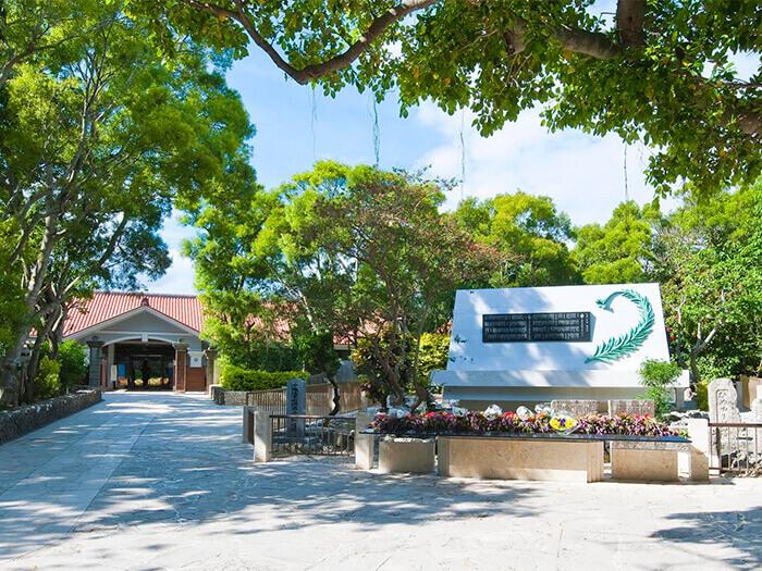 姬百合之塔是沖繩戰役時,在日本軍醫院協助看護的姬百合女學生慰靈碑。有附設資料館。