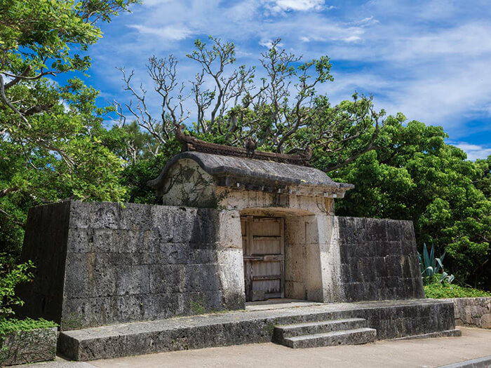 It is the place where the king prayed for national prosperity and for the safety of his parading out of Shuri castle. The gate is made of Ryukyu limestone. <br>PHOTS provided by Shurijo Catsle