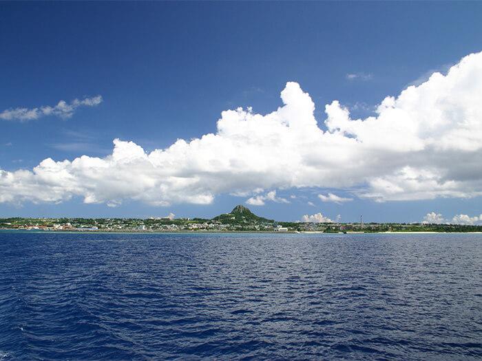 在本島北部的港口乘渡輪30分鐘,就能到達。這裡的名勝是被稱為伊江島山丘的城山。5月份是百合節,會迎來很多遊客。