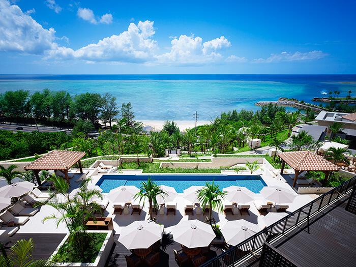 ホテルの敷地内には2箇所のインフィニティプールがあり、青い空と海が溶け込むような絶景を楽しめ、写真スポットとしてもおすすめ!