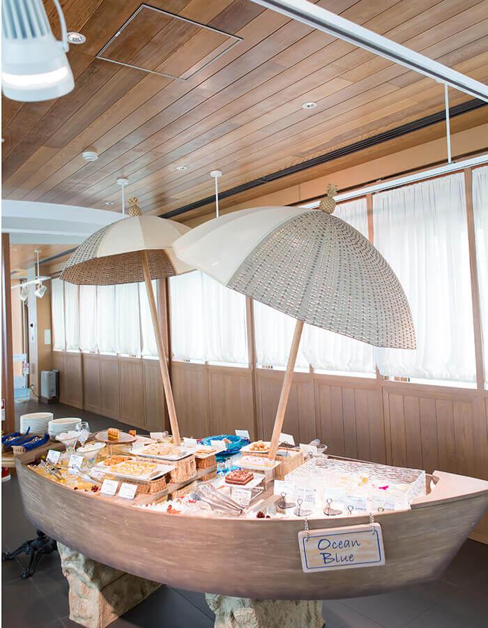 在海洋咖啡廳裡,來一客大量使用當季食材的甜點師特製甜點如何?