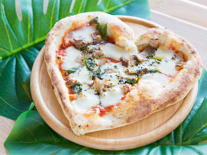 Brick-oven pizza made with lots of Okinawan ingredients. The dough is chewy and fluffy at the same time.