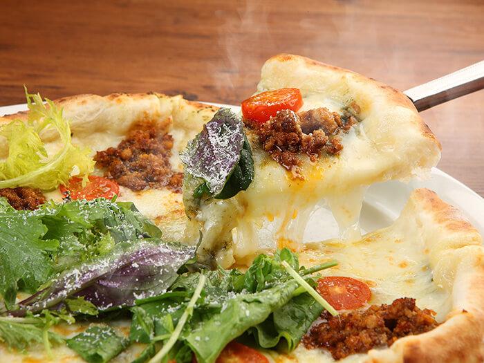 以沖繩縣產食材為主的拿坡里披薩採正宗窯烤燒製而成。餅皮鬆軟又富有彈性。