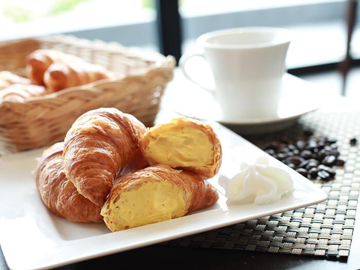 把加入最頂級的奶油揉製的麵團,烤成外皮酥脆、內裡滋潤的南瓜牛角可頌麵包,可讓人享受到古宇利島產熟成南瓜的濃醇奶油滋味