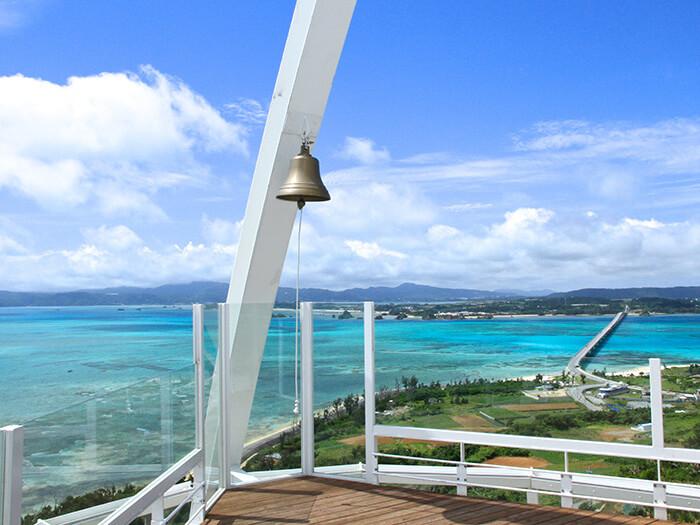 從塔頂可以眺望古宇利大橋和壯觀的翡翠碧海。一邊感受微風輕拂,一邊敲響「幸福之鐘」如何呢?