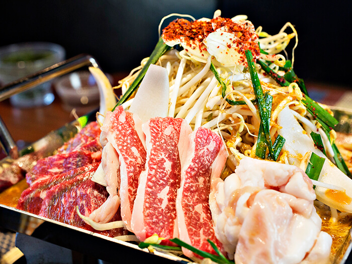 This is a creative hot pot, loaded with meat and vegetables! It comes with slightly spicy miso sauce.
