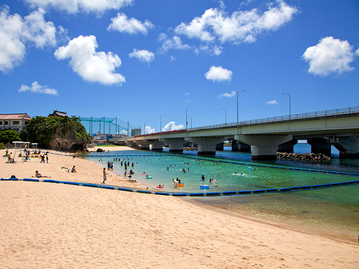 於那霸市內唯一的海灘,輕鬆的享受海水浴