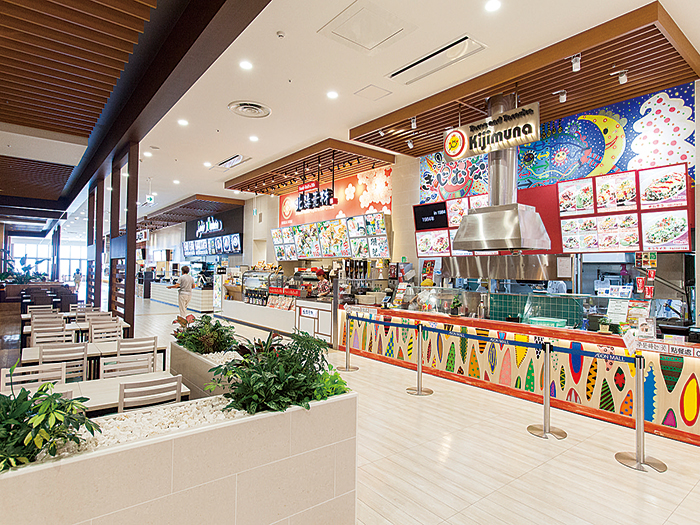 【フードコート&テラス】全館で約5,500席あり、種類豊富な飲食店