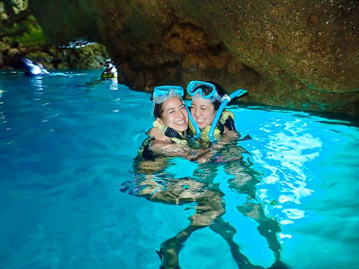 【A行程】乘小艇出發!青之洞窟浮潛。申請對象:滿6〜65周歲。所需時間:2〜2,5h。乘小艇出發+水中時間40分鐘+附帶餌料喂魚體驗。