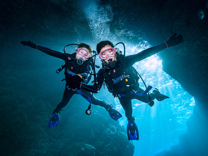 【B行程】乘小艇出發!青之洞窟體驗潛水。申請對象:滿10〜65周歲。所需時間:2〜2,5h。乘小艇出發+水中時間40分鐘+附帶餌料喂魚體驗。