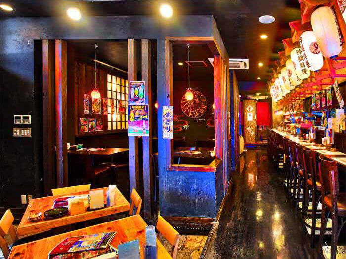 [國際通安里店] 有桌位區和吧台區。店內全面禁菸,可舒服地享受用餐的樂趣。