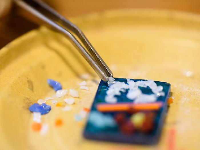 フュージング体験は、様々な色ガラス粒をひとつひとつ丁寧に組み合わせてデザインしていきます。小さなお子様でも体験できます。1,800円~(税別)