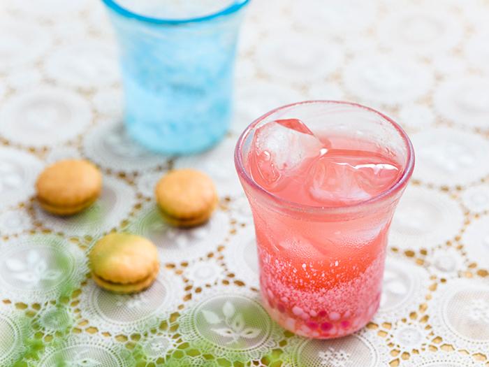 桜のピンクと東シナ海のブルー、かれんな桜の花びらを表現した「八重岳桜」。八重岳桜グラス(1個) 2,400円(税別)