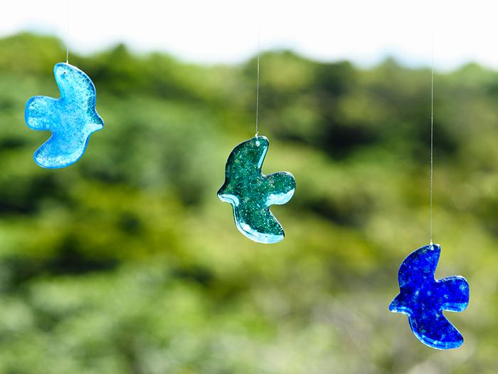 琉球青鳩をモチーフにしたガラスオーナメント「Ryukyu Pigeon」。沖縄の自然を映した青い鳩が、あなたの窓辺に光を運び、幸福を届けてくれますように。Ryukyu Pigeon(一羽)3,200円(税別)