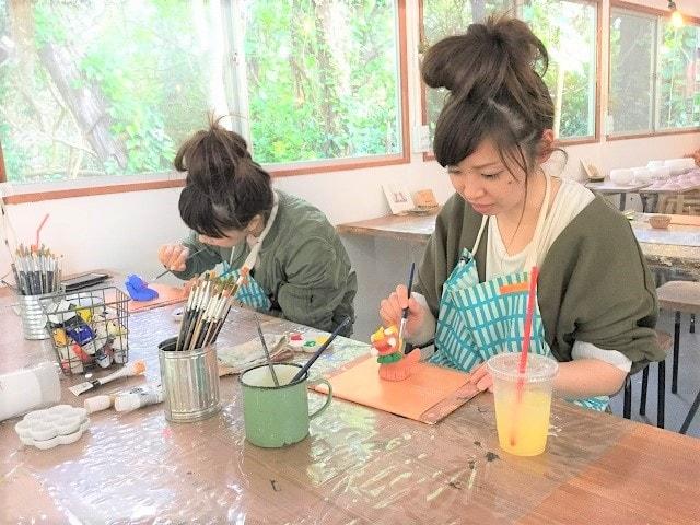 みんなで思い出作ろう  丸い粘土から成形し焼成、その日にお持ち帰りができる体験