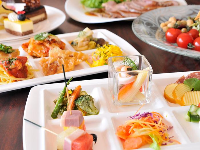 オーシャンビューレストラン「レイール」  1日を通じ、地元の食材をふんだんに取り入れたブッフェメニューが楽しめる。一品一品丁寧に仕上げた質の高い料理が好評で、週末には行列もできるほど