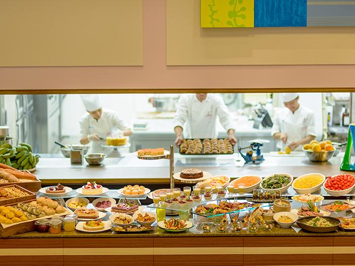 オープンキッチンによる焼きたてパンやキュートなスイーツなど種類や内容も充実